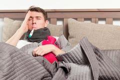 Άτομο που αισθάνεται κακό να βρεθεί στο κρεβάτι και το βήξιμο στοκ φωτογραφίες με δικαίωμα ελεύθερης χρήσης
