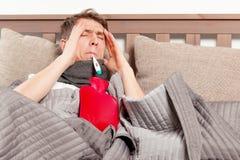 Άτομο που αισθάνεται κακό να βρεθεί στο κρεβάτι και το βήξιμο στοκ εικόνες με δικαίωμα ελεύθερης χρήσης