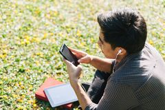 Άτομο που ακούει τη μουσική στη συσκευή του Στοκ φωτογραφία με δικαίωμα ελεύθερης χρήσης