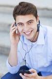 Άτομο που ακούει τη μουσική στοκ εικόνα με δικαίωμα ελεύθερης χρήσης