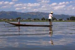 Άτομο που αλιεύει στη βάρκα στη λίμνη Inle στη Βιρμανία Στοκ Φωτογραφίες