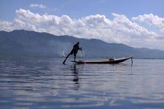 Άτομο που αλιεύει στη βάρκα στη λίμνη Inle στη Βιρμανία Στοκ φωτογραφία με δικαίωμα ελεύθερης χρήσης