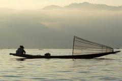 Άτομο που αλιεύει στη βάρκα στη λίμνη Inle στη Βιρμανία Στοκ Φωτογραφία