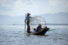 Άτομο που αλιεύει στη βάρκα στη λίμνη Inle στη Βιρμανία Στοκ φωτογραφίες με δικαίωμα ελεύθερης χρήσης