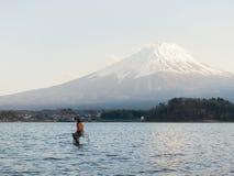 Άτομο που αλιεύει στο kawaguchiko και το βουνό Φούτζι λιμνών στην Ιαπωνία στοκ φωτογραφίες με δικαίωμα ελεύθερης χρήσης