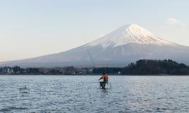 Άτομο που αλιεύει στο kawaguchiko λιμνών, Ιαπωνία στοκ φωτογραφία