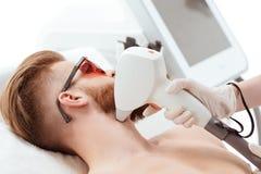 Άτομο που λαμβάνει τη φροντίδα δέρματος λέιζερ στο πρόσωπο υγιής έννοια ατόμων τρόπου ζωής Στοκ Εικόνες