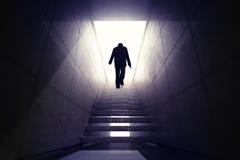 Άτομο που αναρριχείται επάνω στα σκαλοπάτια για να φθάσει στην ευκαιρία στοκ φωτογραφία