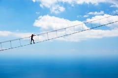 Άτομο που αναρριχείται στη γέφυρα αναστολής Στοκ Εικόνες