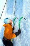 Άτομο που αναρριχείται στον παγωμένο καταρράκτη Στοκ Εικόνες