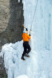 Άτομο που αναρριχείται στον παγωμένο καταρράκτη Στοκ Φωτογραφία