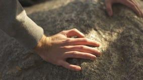 Άτομο που αναρριχείται στο βουνό, που φθάνει στο τοπ, ενεργό ελεύθερο χρόνο, κατάρτιση επιβίωσης, πεζοπορία φιλμ μικρού μήκους