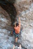 Άτομο που αναρριχείται στο καλοκαίρι διαδρομών βράχου Στοκ φωτογραφία με δικαίωμα ελεύθερης χρήσης