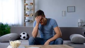 Άτομο που ανατρέπεται για την ήττα της ομάδας ποδοσφαίρου, ραδιοφωνική μετάδοση TV προσοχής, δυστυχισμένος ανεμιστήρας στοκ φωτογραφία με δικαίωμα ελεύθερης χρήσης