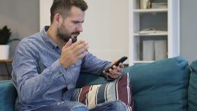 Άτομο που ανατρέπεται για την απώλεια χρησιμοποιώντας Smartphone απόθεμα βίντεο