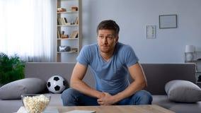 Άτομο που ανατρέπεται για την ποιότητα της τηλεοπτικής αναμετάδοσης, ήττα της αγαπημένης ομάδας ποδοσφαίρου στοκ φωτογραφία με δικαίωμα ελεύθερης χρήσης