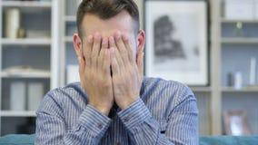 Άτομο που ανατρέπεται ενήλικο από την απώλεια εργαζόμενος στην αρχή απόθεμα βίντεο