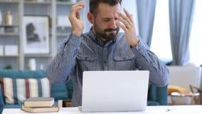 Άτομο που αντιδρά στην απώλεια στην εργασία απόθεμα βίντεο