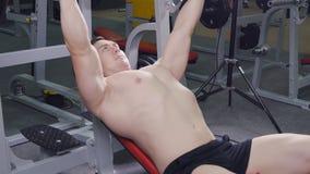 Άτομο που ανυψώνει το barbell στη γυμναστική απόθεμα βίντεο
