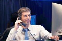 Άτομο που απαντά στα τηλεφωνήματα στοκ εικόνες