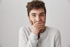 Άτομο που αποκτάται παραώμον Πορτρέτο του παράξενου τρελλού τύπου με το ακατάστατο κούρεμα που γελά και που εξετάζει με την παράξ Στοκ Εικόνα