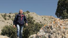 Άτομο που αποκτάται στο βουνό απόθεμα βίντεο