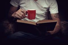 Άτομο που απολαμβάνει το τσάι διαβάζοντας Στοκ φωτογραφίες με δικαίωμα ελεύθερης χρήσης