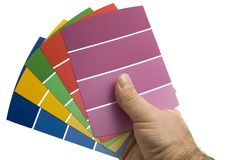 Άτομο που αποφασίζει σχετικά με ένα χρώμα χρωμάτων που χρησιμοποιεί τα δείγματα χρωμάτων Στοκ Φωτογραφίες