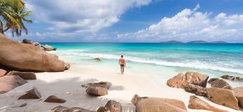 Άτομο που απολαμβάνει την τέλεια παραλία εικόνων Anse Patates στο νησί Λα Digue, Σεϋχέλλες Στοκ Φωτογραφίες