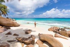 Άτομο που απολαμβάνει την τέλεια παραλία εικόνων Anse Patates στο νησί Λα Digue, Σεϋχέλλες Στοκ φωτογραφίες με δικαίωμα ελεύθερης χρήσης