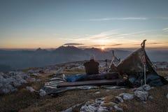 Άτομο που απολαμβάνει το ηλιοβασίλεμα πέρα από Watzmann Στοκ Εικόνες