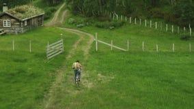 Άτομο που αρχίζει ένα ταξίδι ποδηλάτων Πυροβολισμός κηφήνων φιλμ μικρού μήκους