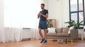 Άτομο που ασκεί και που κάνει lunge στο σπίτι απόθεμα βίντεο