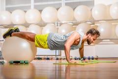 Άτομο που ασκεί με το fitball Στοκ Εικόνες