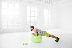 Άτομο που ασκεί με το fitball Στοκ φωτογραφία με δικαίωμα ελεύθερης χρήσης