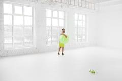 Άτομο που ασκεί με το fitball Στοκ φωτογραφίες με δικαίωμα ελεύθερης χρήσης