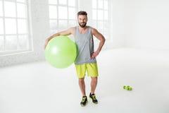 Άτομο που ασκεί με το fitball Στοκ εικόνες με δικαίωμα ελεύθερης χρήσης