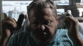 Άτομο που ασκεί σκληρά στη μηχανή κατάρτισης δύναμης στη γυμναστική απόθεμα βίντεο