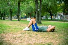 Άτομο που ασκεί στο πάρκο Στοκ Φωτογραφίες
