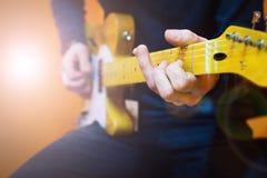 Άτομο που ασκεί το ηλεκτρικό παιχνίδι κιθάρων Μάθημα κιθάρων στοκ εικόνα