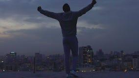 Άτομο που αυξάνει τα χέρια του στον ουρανό, την πίστη σε τον και τη δύναμή του, εμμονή απόθεμα βίντεο