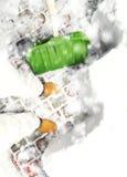 Άτομο που αφαιρεί το χιόνι στο κατώφλι με το φτυάρι κατά τη διάρκεια των χιονοπτώσεων Στοκ Εικόνες