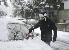 άτομο που αφαιρεί το χιόνι στοκ φωτογραφίες