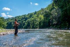 Άτομο που αλιεύει σε έναν ποταμό Στοκ φωτογραφίες με δικαίωμα ελεύθερης χρήσης