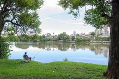 Άτομο που αλιεύει στην ακτή της λίμνης Igapo σε Londrina Στοκ Εικόνα