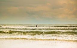 Άτομο που αλιεύει στη θάλασσα Στοκ φωτογραφία με δικαίωμα ελεύθερης χρήσης