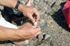Άτομο που βάζει ένα κολλώντας ασβεστοκονίαμα στο toe του Στοκ Εικόνα