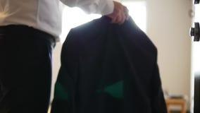 Άτομο που βάζει σε ένα σακάκι απόθεμα βίντεο