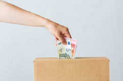 Άτομο που βάζει τα ευρο- χρήματα στο κιβώτιο δωρεάς Στοκ φωτογραφίες με δικαίωμα ελεύθερης χρήσης