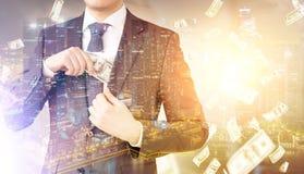 Άτομο που βάζει τα χρήματα στην τσέπη, βροχή δολαρίων Στοκ Εικόνα
